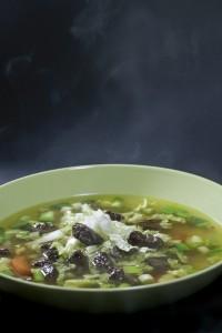 Ein dampfender Teller Suppe, mit Wildfond vom Reh und Entenbrust von der Stockente