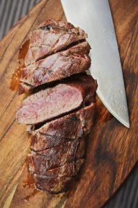 Ein Steak vom selbstgeschossenen Reh, kurz gegrillt mit rosa Kern. Willd kann man Grillen!