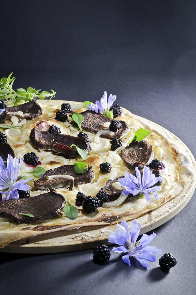 Die herben Blüten der Zichorie und die fruchtigen Brombeeren passen perfekt zum Rehfleisch