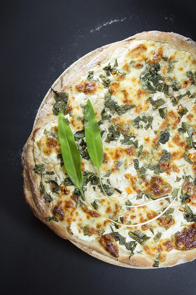 Pizaa Bianca mit Bärlauch
