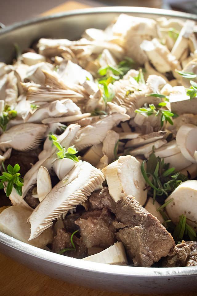 Zuerbeitung fr Wildschweinfleisch, Pilze und Rehschulter