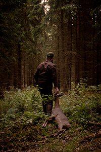 Fabian Grimm von haut-gout.de zieht ein Reh aus dem Wald